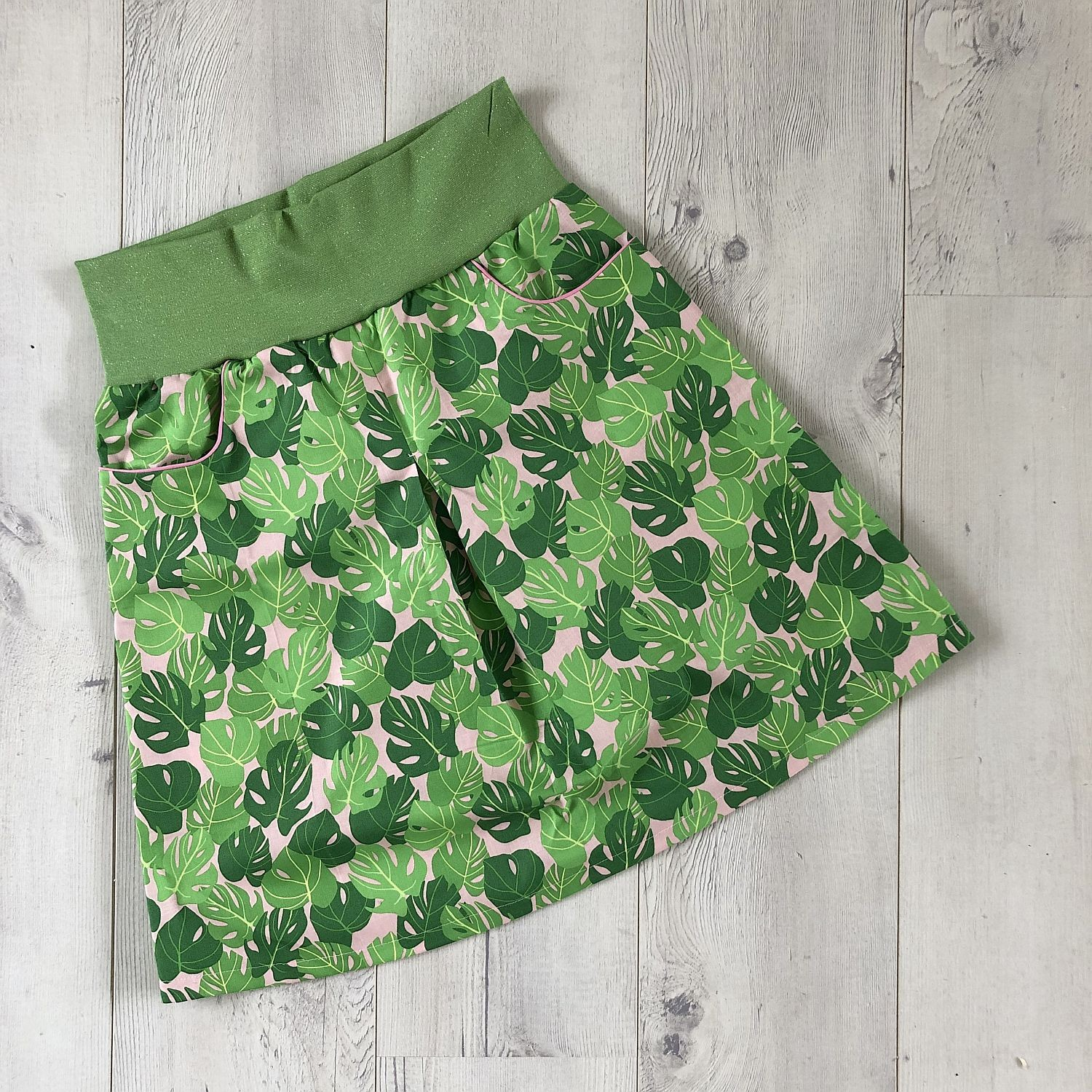 sommerlicher rock mit trendy monstera-print