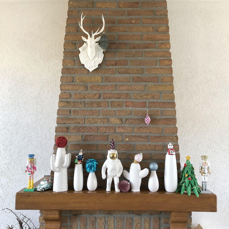 weihnachtlich geschmückter kamin