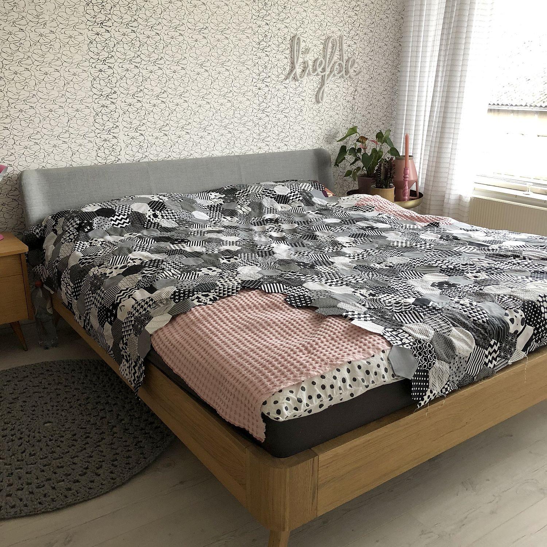 modernes Bett aus Holz und Stoff