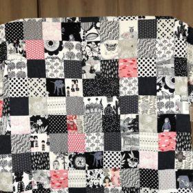 Patchworkquilt aus Quadraten in schwarz-weiß