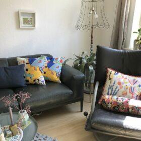 04 Wohnzimmer mit Sofa und Kissen