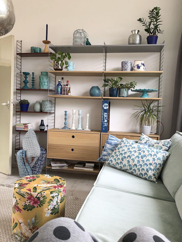 Wohnzimmer mit Sofa und Regal