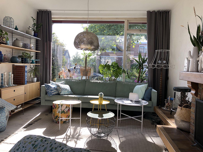 Wohnzimmer mit großem Fenster