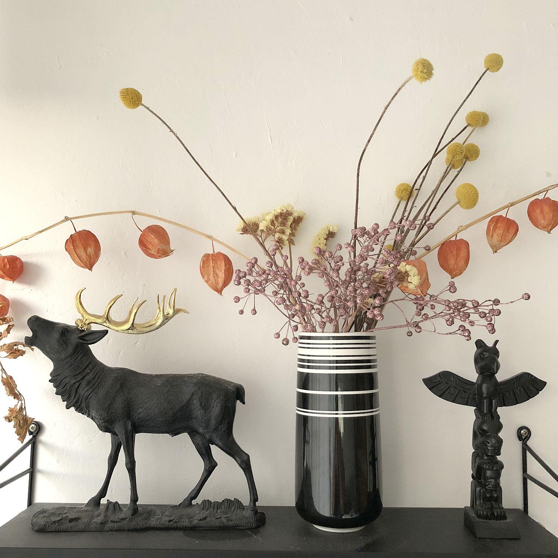 Hirsch und Trockenblumen im String-Regal