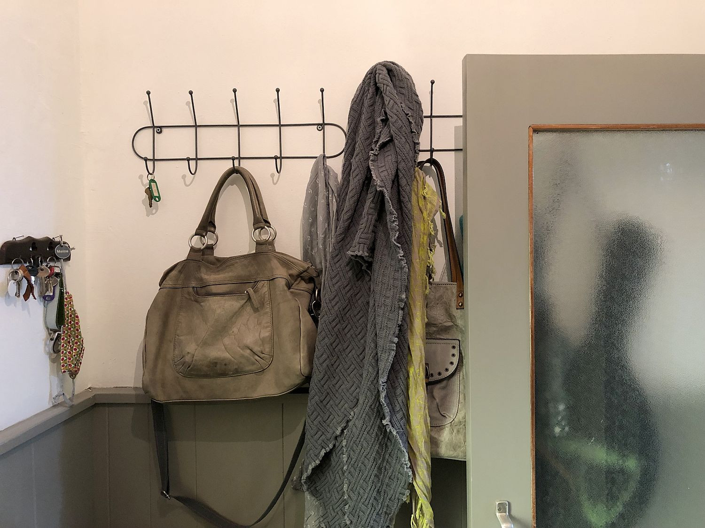 Garderobe aus Metall - Teil der Flurrenovierung