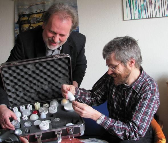 Stromlotse Andreas Lau (li.) zeigt Kay Giebel-Wegener eine Auswahl an Energiesparlampen