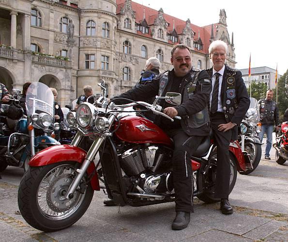 Gemeinsam für Verkehrssicherheit: Biker-Präsident Norbert Neck und Bürgermeister Bernd Strauch.