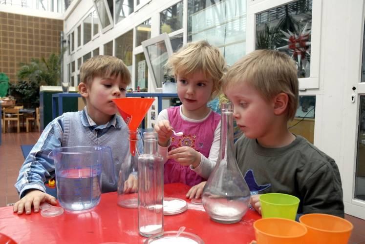 Neugierde und Begeisterung sind der Schlüssel zu einem positiven Zugang zu Naturwissenschaften und Technik. (Foto: Haus der kleinen Forscher)