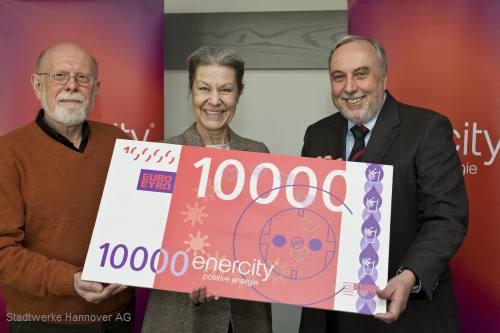 Vorstandsvorsitzender Feist überreicht Spendenscheck über insgesamt 10.000 Euro