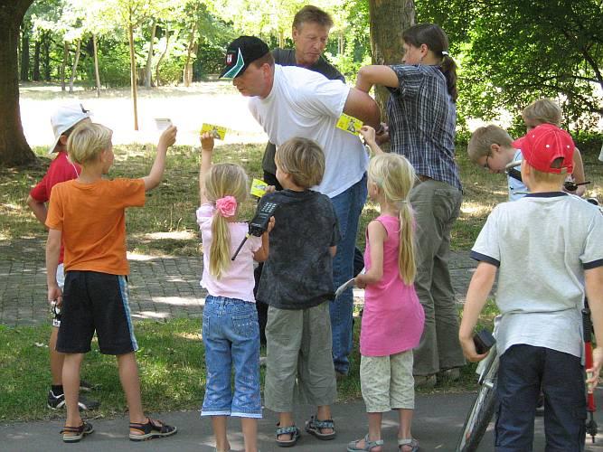 PK Siegmund wird von dem Kinderpolizisten kontrolliert.