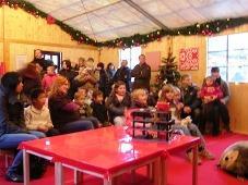 Mitarbeiterinnen des Kinderschutzbundes und der Service 94 GmbH betreuen Kinder auf dem Weihnachtsmarkt