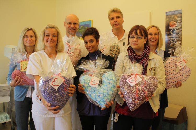 Übergabe der Herzkissen in der Frauenklinik