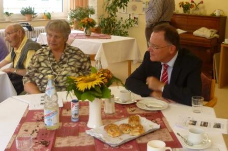 Bewohnerin Ilse Fürste unterhält sich mit OB Stephan Weil