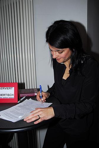 Die Schauspielerin Jasmin Tabatabai unterzeichnet den Aufruf der Bürgerinitiative für den Erhalt der Stadtbibliothek Limmerstraße (Foto: Oliver Hausen)