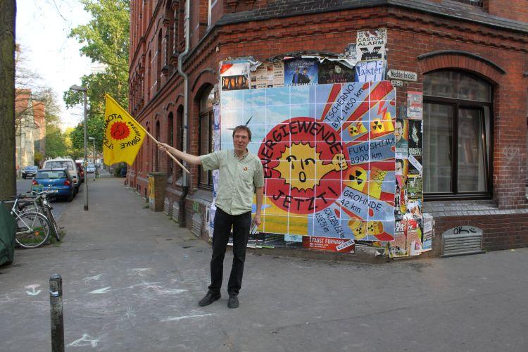 Daniel Gardemin vor seinem Plakat