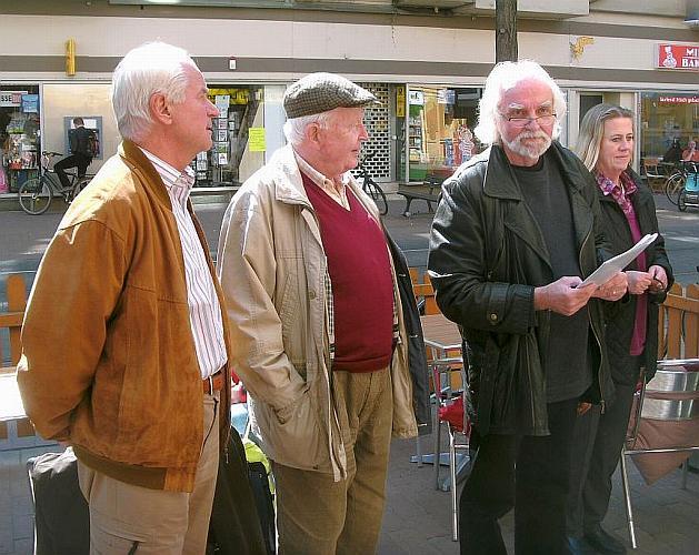 Günter Müller und Horst Bohne vor dem Café Doppelkorn