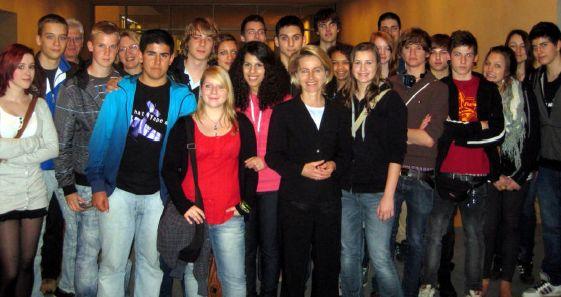Die Bundestagsabgeordnete des Wahlkreis 43 (Hannover-Süd), Dr. Ursula von der Leyen, mit den Jugendlichen der 10. Klasse des Humboldt-Gymnasiums