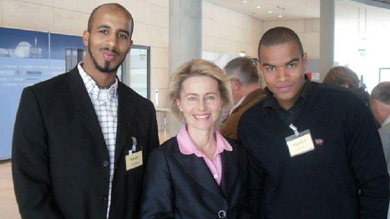 Bundestagsabgeordnete von der Leyen mit den jungen Hannoveranern Sam Aidara (li.) und Uwe Diedhiou (re.); Foto: Muammar Duran