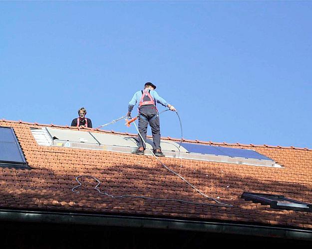 Installation einer Solarwärmeanlage (Foto: ProKlima)