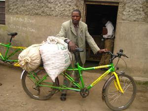 """Wertgarantie übernimmt soziale Verantwortung und unterstützt Bauern in Ruanda mit """"Kaffee-Fahrrädern""""; Foto: Opportunity International"""