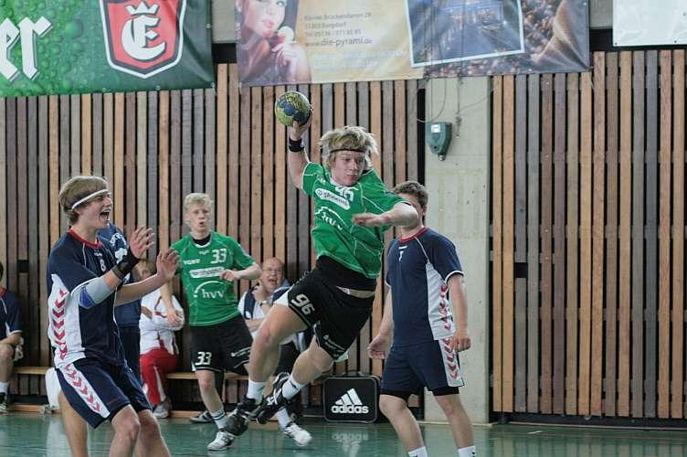 Kreisläufer Robin Gogol kann sich im Halbfinalspiel gegen den Hastedter TSV (31:23) durchsetzen.