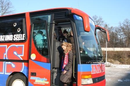 Anreise im Original-Indians-Bus: Elisabeth Heister-Neumann, Niedersächsische Kultusministerin, begrüßt die Teilnehmer des Schulprojektes des EC Hannover Indians e. V.