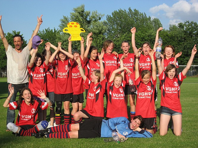 Mädchen -C-Jugend-Mannschaft der SG 74 nach Gewinn der Meisterschaft in der 1. Kreisklasse Hannover-Land