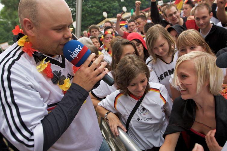 Stefan Kuna sorgt für Stimmung beim Public Viewing (Foto: NDR)