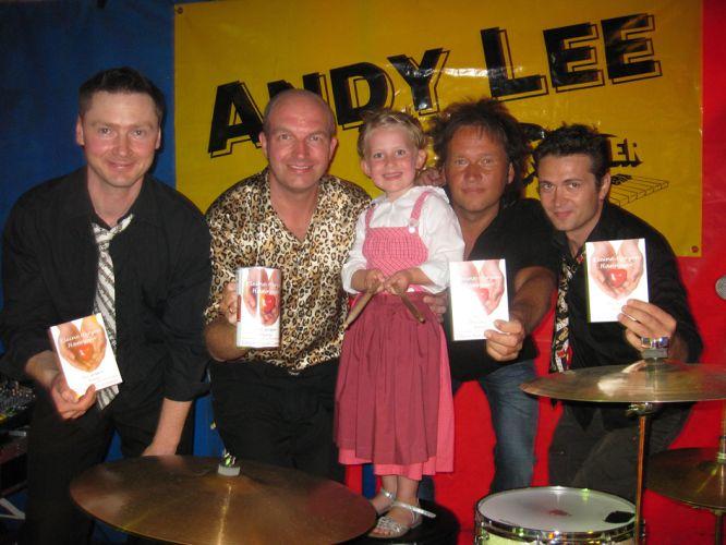 """Engagieren sich für den Verein """"Kleine Herzen Hannover"""": Musiker Andy Lee mit Töchterchen Leni (5 J., Bildmitte) und die Bandmitglieder Paul, Dirk und Ivan (v.l.)."""