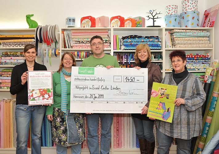 Scheckübergabe Weihnachtsa(u)ktion von  limetrees - Spende für das Nähprojekt