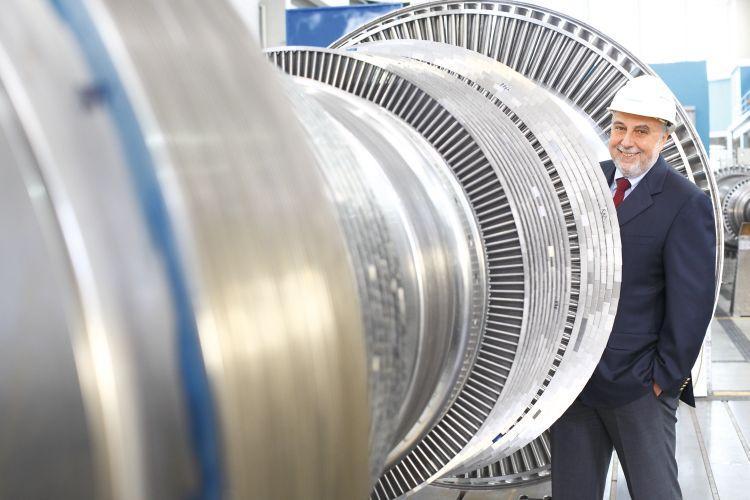 Michael G. Feist begutachtet den für das HKW Linden gefertigten Turbinenläufer anlässlich einer Werksbesichtigung bei Siemens in Görlitz