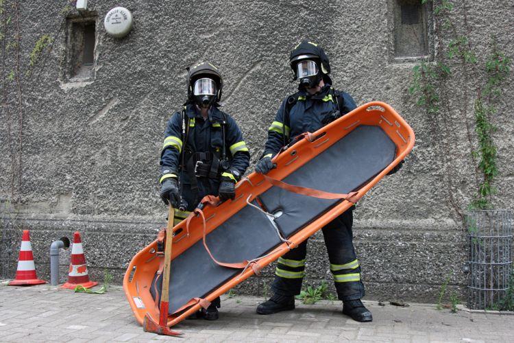 Feuerwehrleute mit schweren Atemschutz und spezieller Ausrüstung zum Retten
