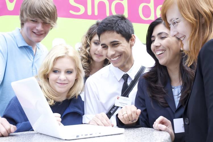 Die Niedersächsische Sozialministerin Aygül Özkan probiert gemeinsam mit Jugendlichen den glüXtest auf www.neXTvote.de aus.