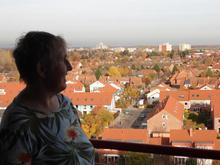 Susanne Nullmeier genießt den Ausblick vom Balkon ihres neuen Zuhauses in Mittelfeld. (Foto: Rasmus)