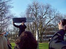 Bürgermeister Bernd Strauch bei der Enthüllung des Namensschildes (Foto: Jürgen Wessel)