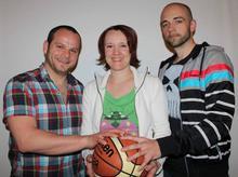 Teamkapitän Katja Kreutzfeldt begrüßt die neuen Coaches D. Traupe (li.) und Patrick Marherr