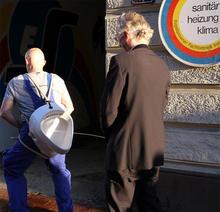 Die Kunst-Installateure in Aktion (Foto: Harald Müller-Hoeppe, SCHUPPEN 68)