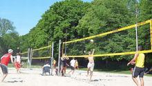 Beachvolleyball-Spiele auf 3 Feldern