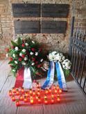 Die Gedenktafel im Kolumbarium nach der Zeremonie. Die Kränze der Landeshauptstadt Hannover und der liberalen jüdischen Gemeinde sowie die brennenden Kerzen, die von den Teilnehmern nach der Kranzniederlegung entzündet worden waren.