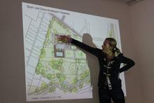 Michaela Röhrbein erklärt die einzelnen Bauabschnitte