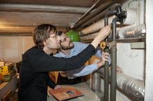 Architekt und Energieberater Dirk Fanslau zeigt, dass schon das Dämmen von Rohrleitungen viel Energie einsparen kann.
