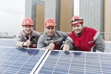 Die enercity-Elektrotechniker Holger Jelit, Jürgen Kratzberg und Daniel Steuer nahmen die neue PV-Anlage in Linden in Betrieb (v.l.n.r. - Bild enercity)