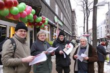 Die Linke Liden-Limmer verteilt den offenen Brief vor dem denn's Markt