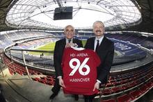Martin Kind und Dr. Christian Hinsch in der Arena. (Quelle: Hannover 96/firo)