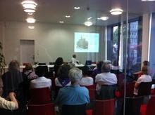 Torsten Bach erklärt die Geschichte des Lindener Rathauses