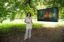 """""""Timeless"""": Susanne Hoffmann zeigt ihre Videoarbeit unter den alten Bäumen des Edelhofs"""