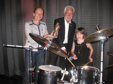 Im gleichen Takt für Organspende. Von rechts: Jasmin Ehrich (14 J.), Hannovers Bürgermeister Bernd Strauch und Ira Thorsting von den Kleinen Herzen mit dem Leinestern-Preis.