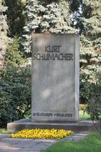 Grabstein von Kurt Schumacher auf dem Ricklinger Friedhof