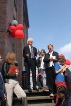 Bernd Strauch (Bildmitte) bei der Einweihung des Kindermuseums