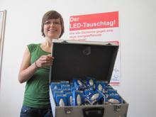 """Lena Schäffer von der Klimaschutzagentur mit den LED-Lampen, die am 26. Juli am Stand der Initiative """"Die Plus-Sparer"""" gegen Glühlampen eingetauscht werden."""